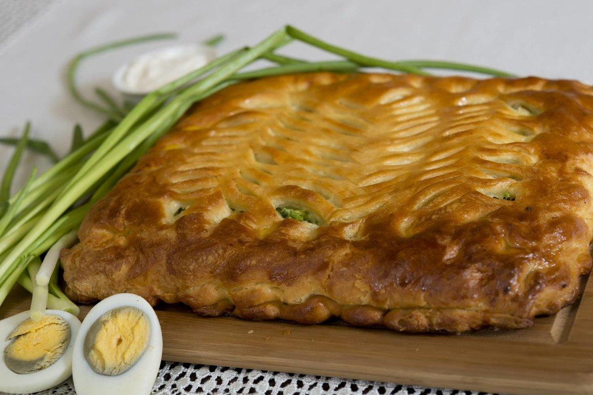 Пирожки из слоеного теста с луком и яйцом в духовке пошаговый рецепт