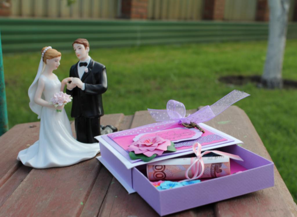 Прикольный подарок молодожёнам на свадьбу 33