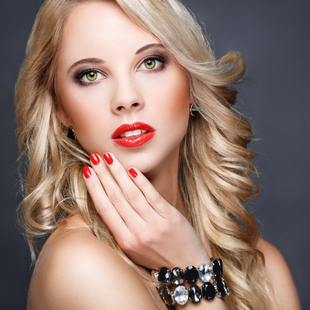 Вечерний макияж для блондинки в зеленом платье