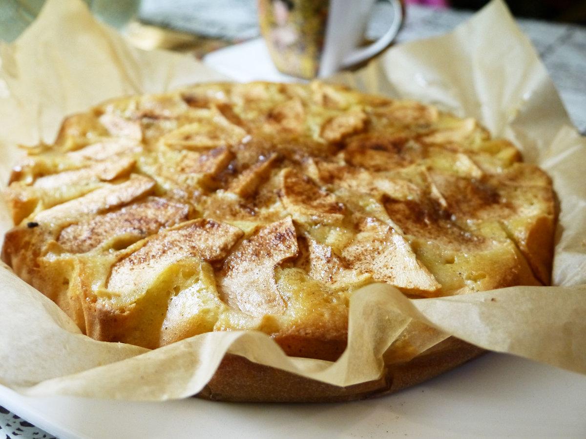 Простая шарлотка с корицей и яблоками рецепт