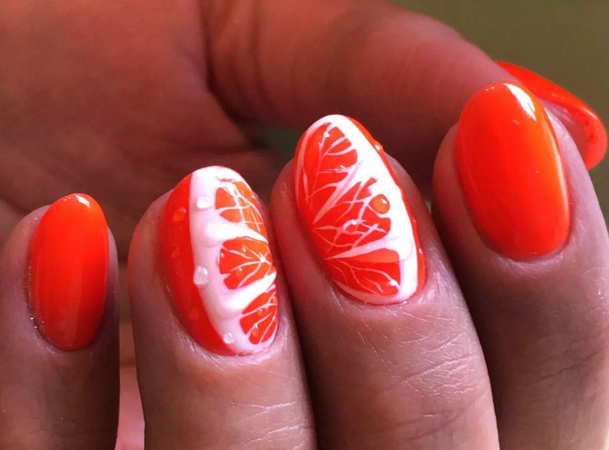 Маникюр с оранжевым лаком и стразами