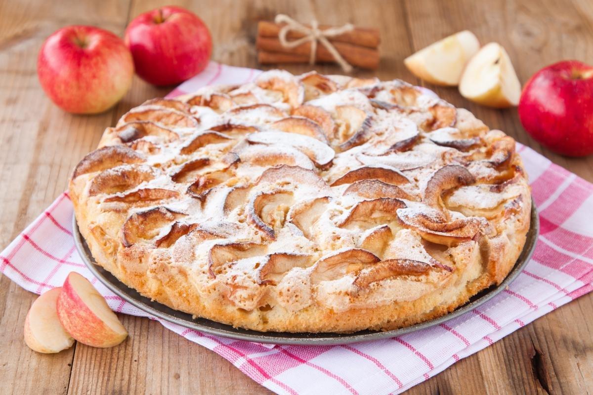 Как сделать легко шарлотку из яблок