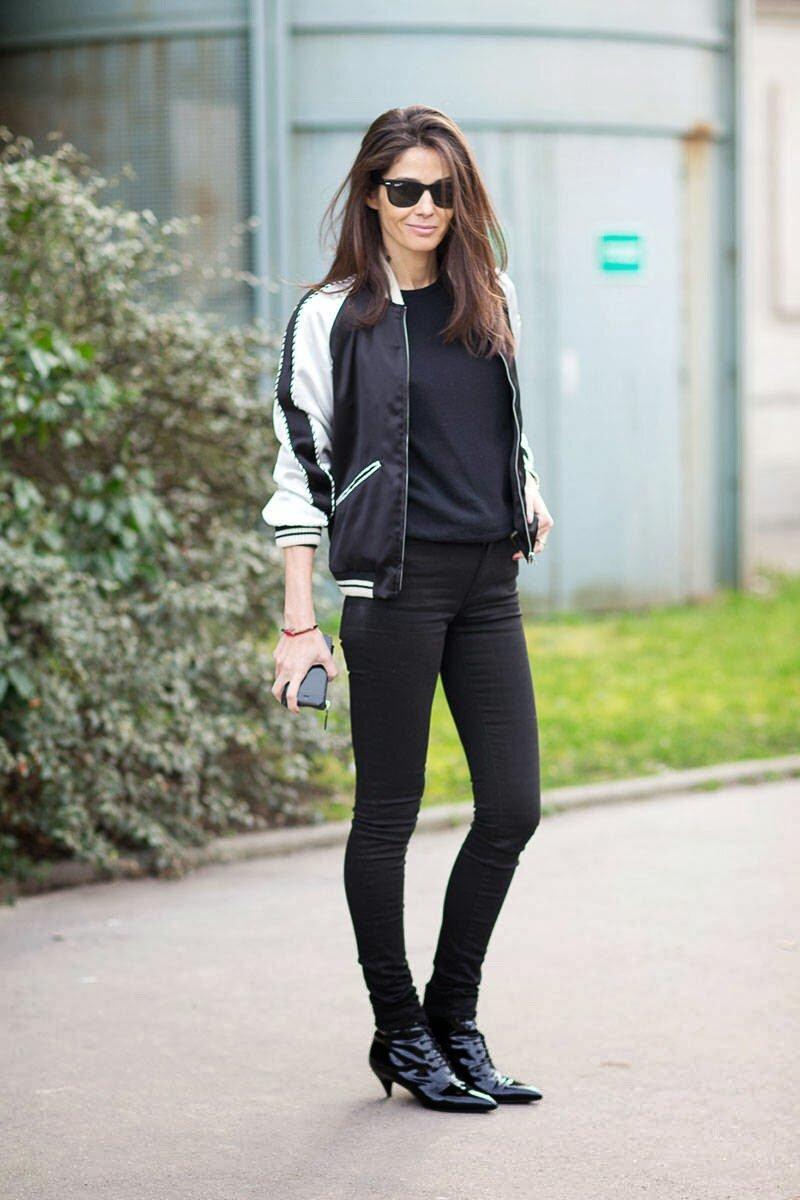 Девушка в чёрных штанах фото
