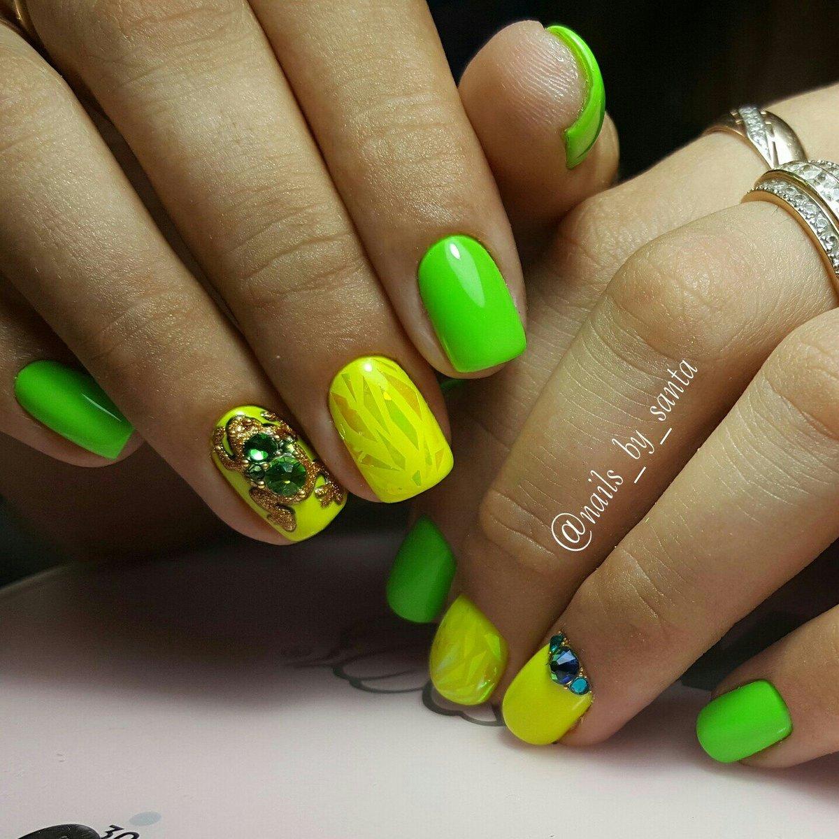 Маникюр зеленого цвета на коротких ногтях
