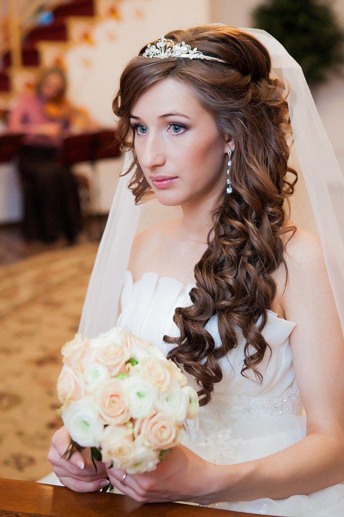 Прически свадебные на длинные волосы с фатой с челкой