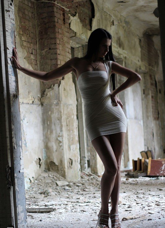 Милая брюнетка позирует у заброшенного здания  127509