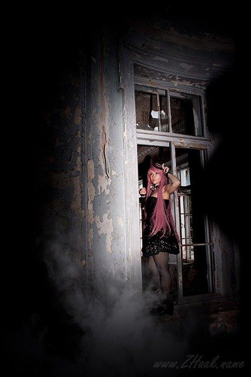 Ласковые девушки нежатся в заброшенном здании  474408