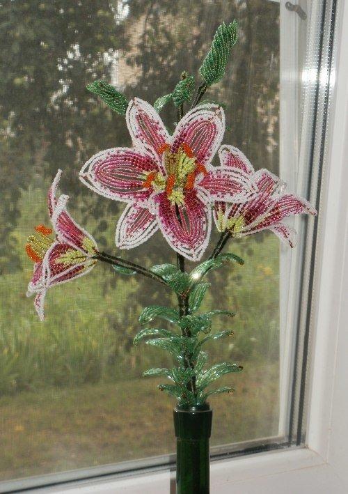 Лилия сделана из бисера