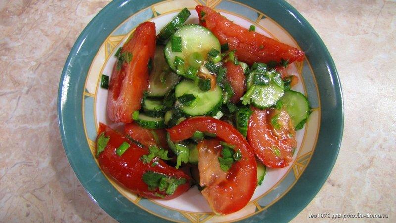 Как салат с помидорами и огурцами сделать вкуснее