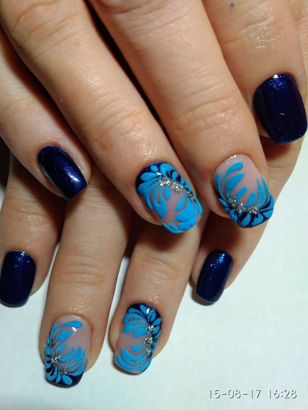 Маникюр коричневого и голубого цвета