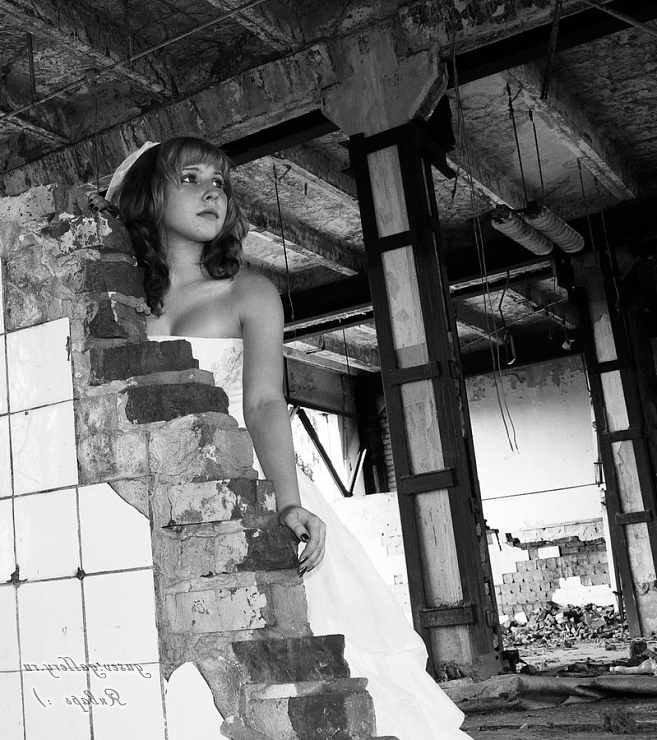 Милая брюнетка позирует у заброшенного здания  127473