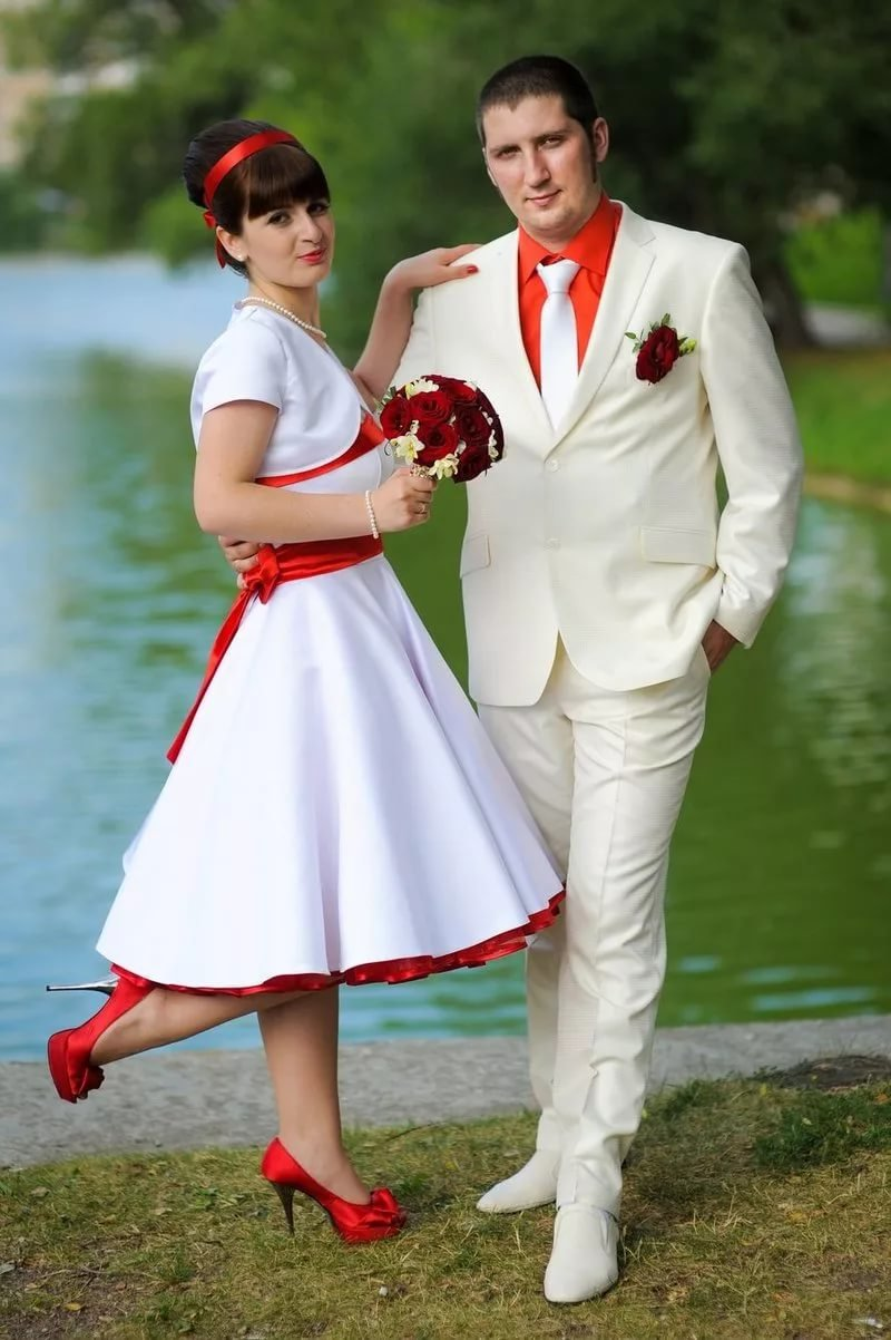 Фото жениха и невесты на свадьбе в красном стиле