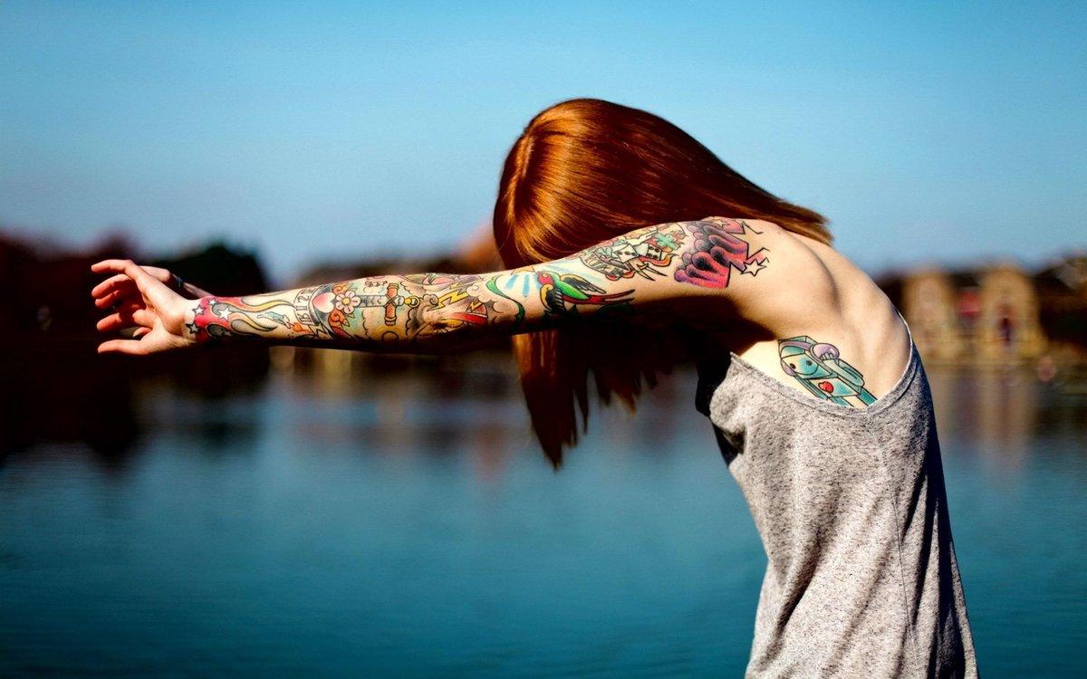 Фото цветных тату на руке у девушек