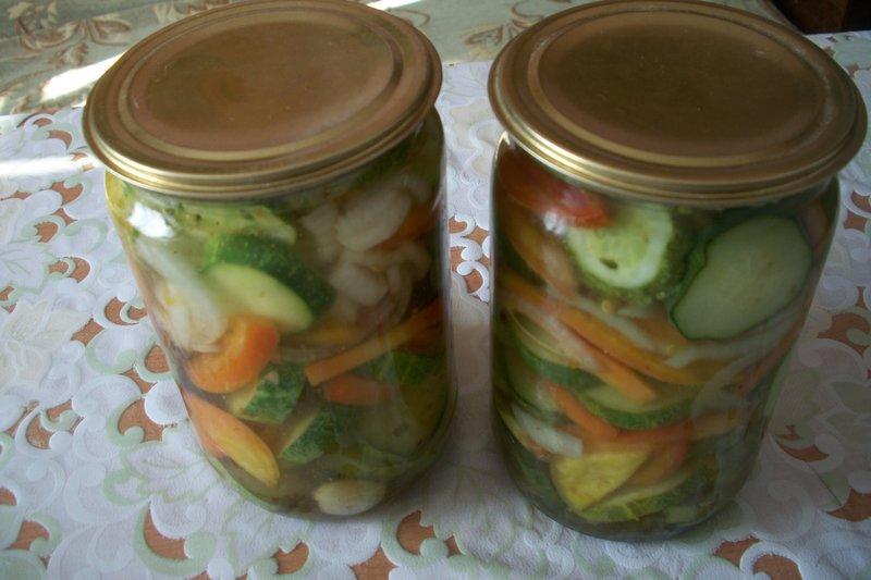 Рецепт маринованного салата с огурцами и помидорами на зиму