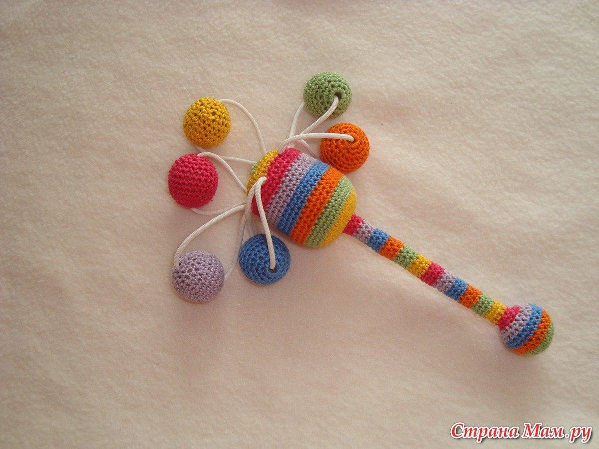 Вязаная крючком игрушка-погремушка из киндера