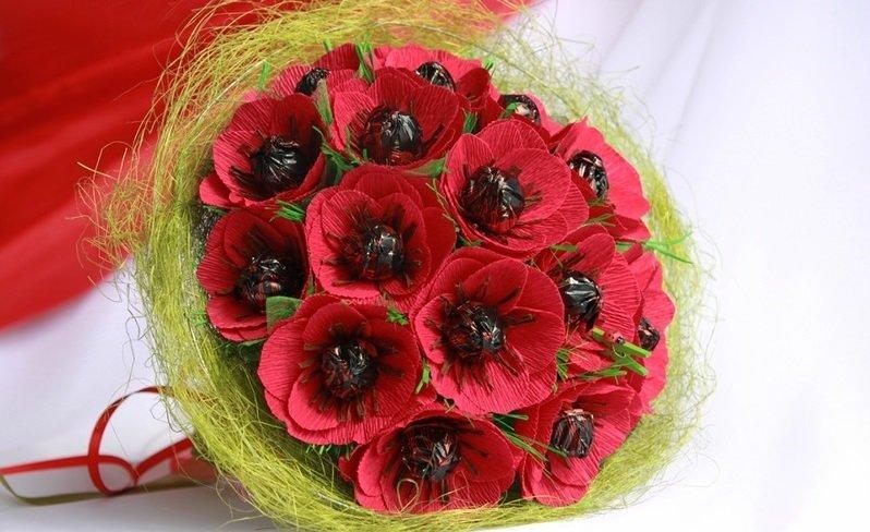 Букеты из конфет и цветов своими руками