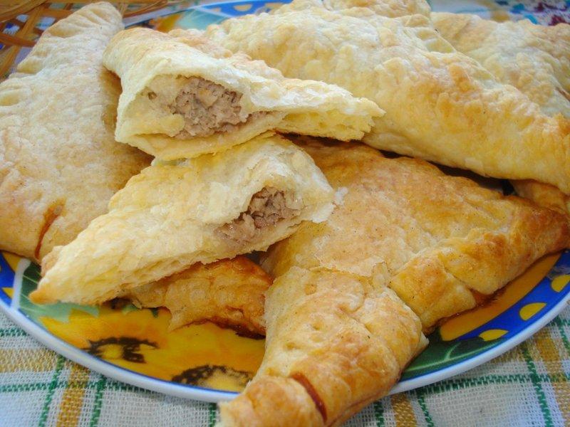 Слойка с мясом из слоеного теста рецепт пошагово в духовке