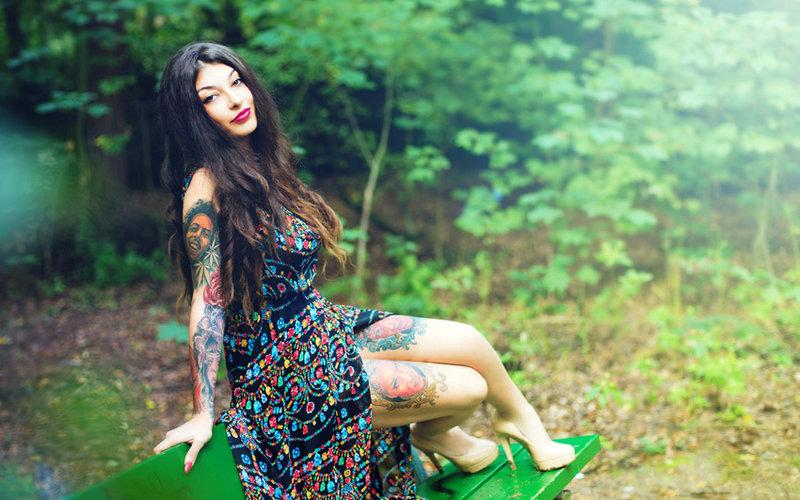Девушка с татуировками в платье