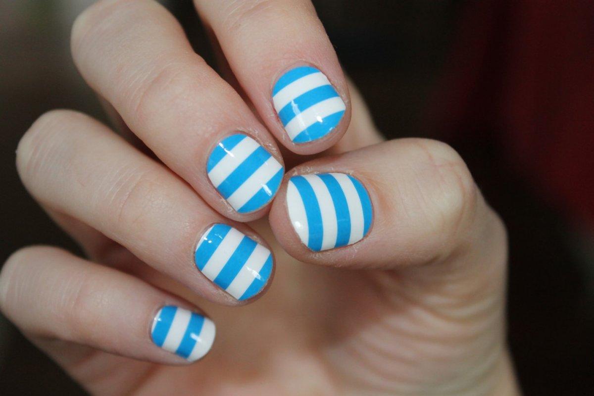 Бело-синие полоски на ногтях
