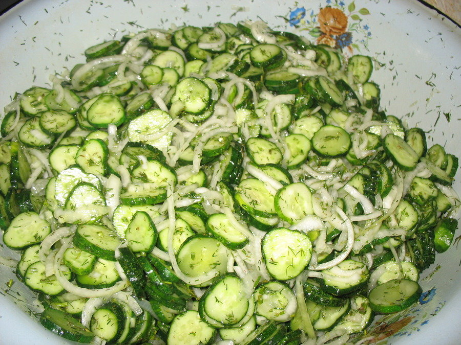 Как сделать салат из огурцов с луком на зиму