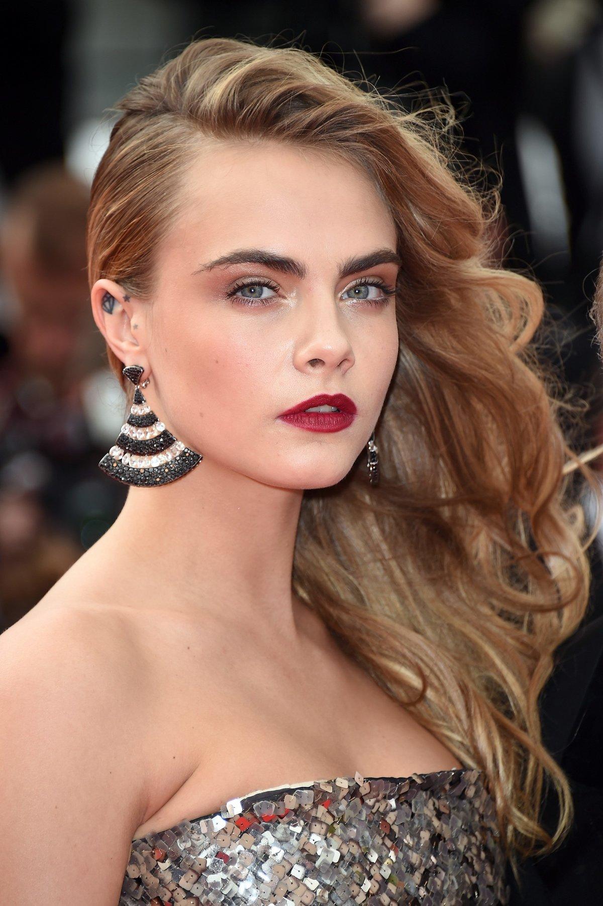 Причёски на одну сторону на средние волосы фото
