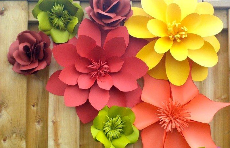 Большие цветы из бумаги своими руками для украшения стены 39