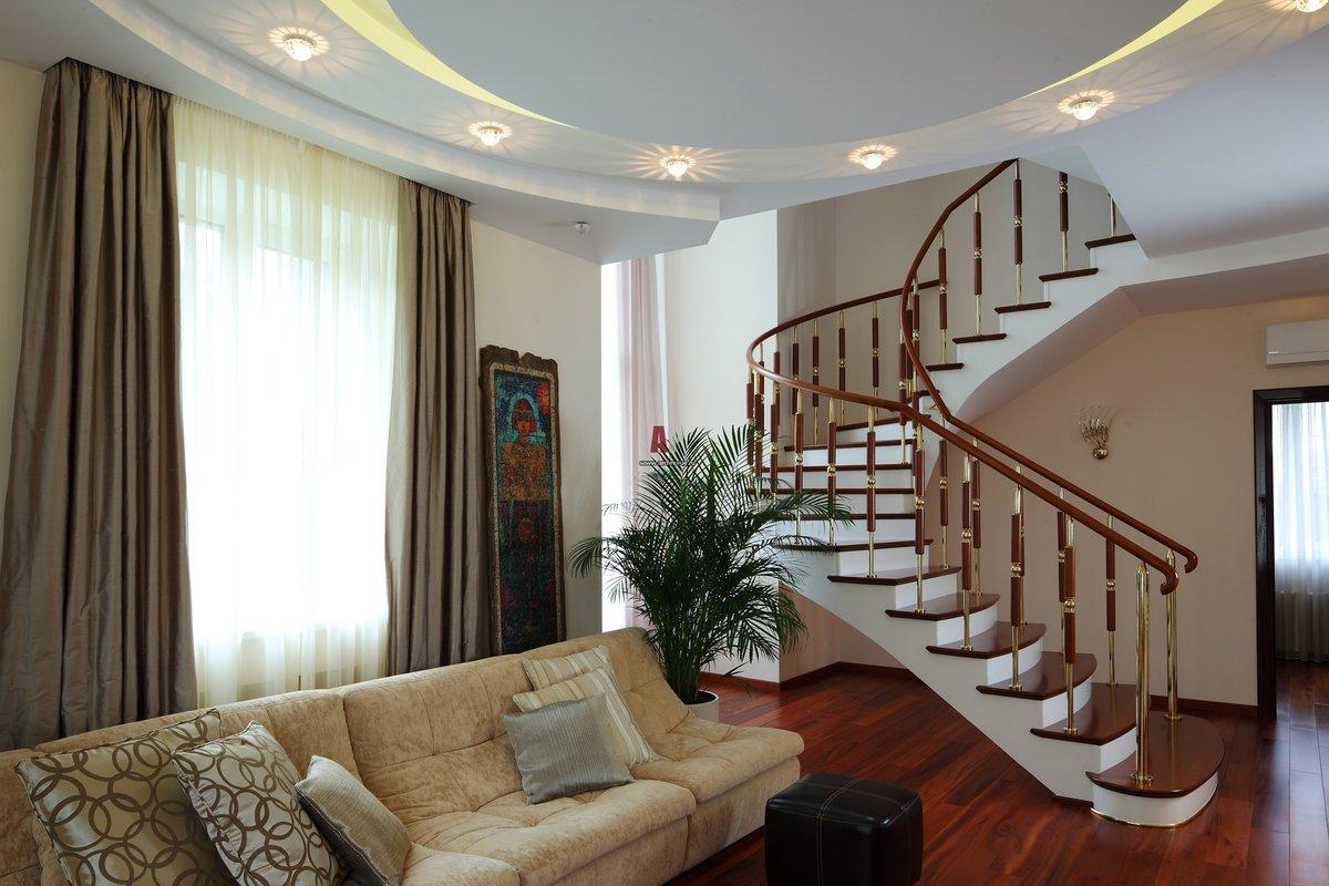 Фото интерьер гостиной лестниц