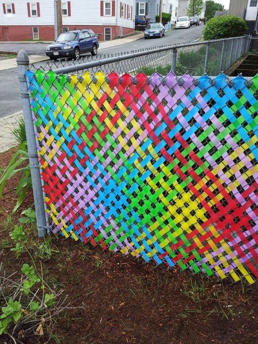 Как украсить забор из сетки рабицы на даче своими руками 22