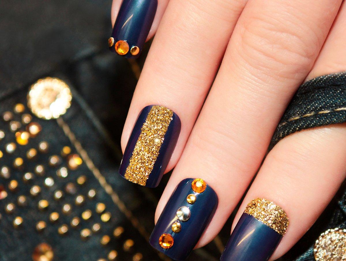 Новогодний дизайн ногтей с камнями