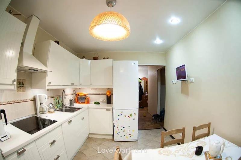 Интерьер кухни с холодильником у входа фото