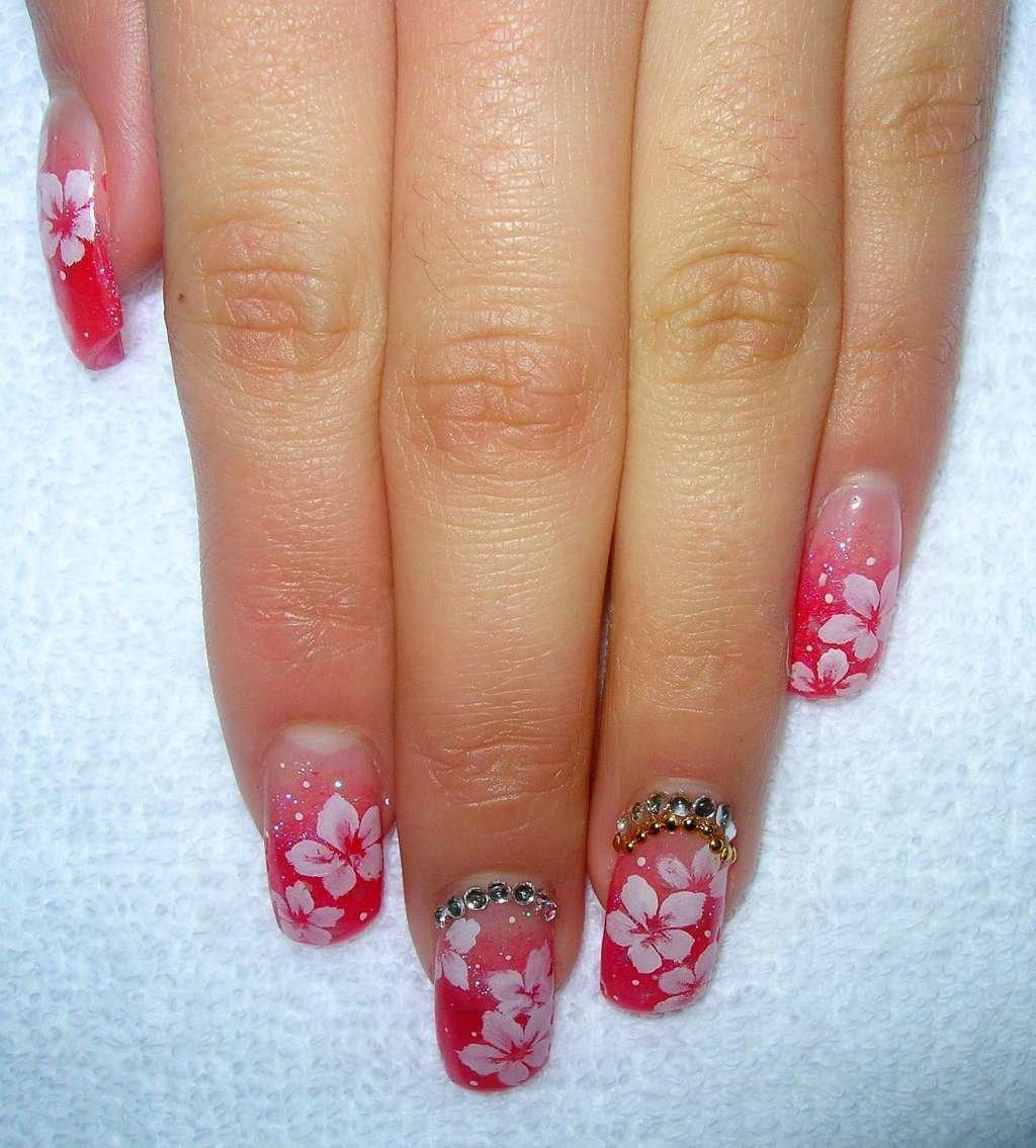 Розовый маникюр с цветочками на