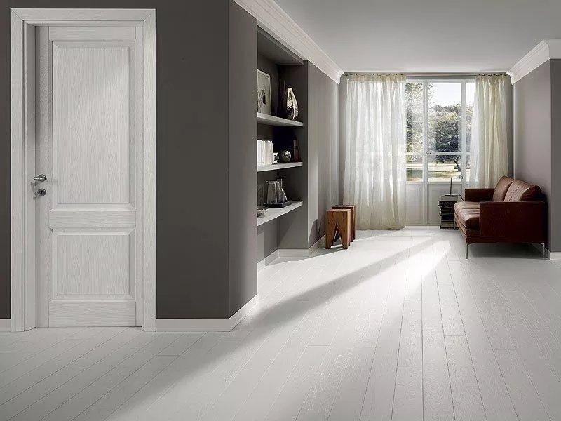 Белые двери серый пол в интерьере фото