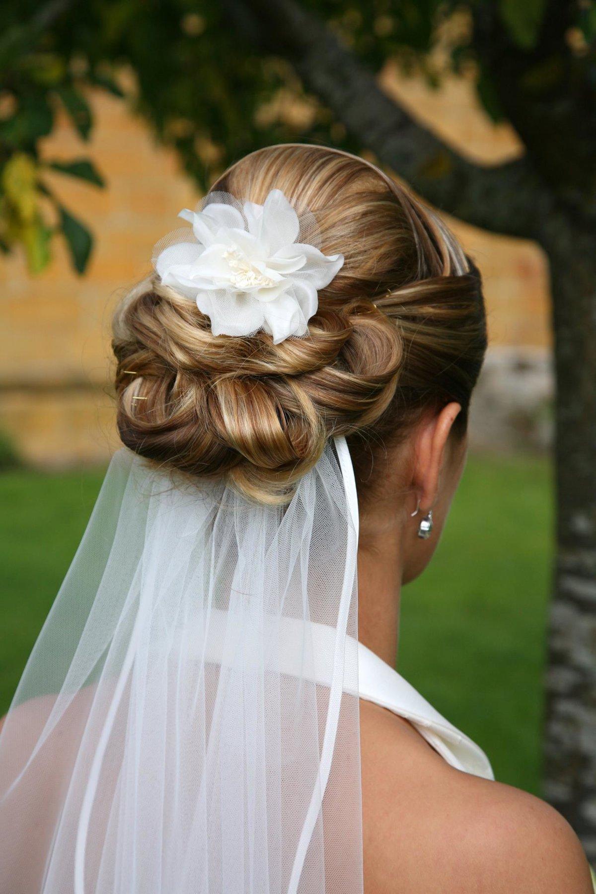 Свадебные причёски с фатой: тренды 2018 года, советы и модные 4