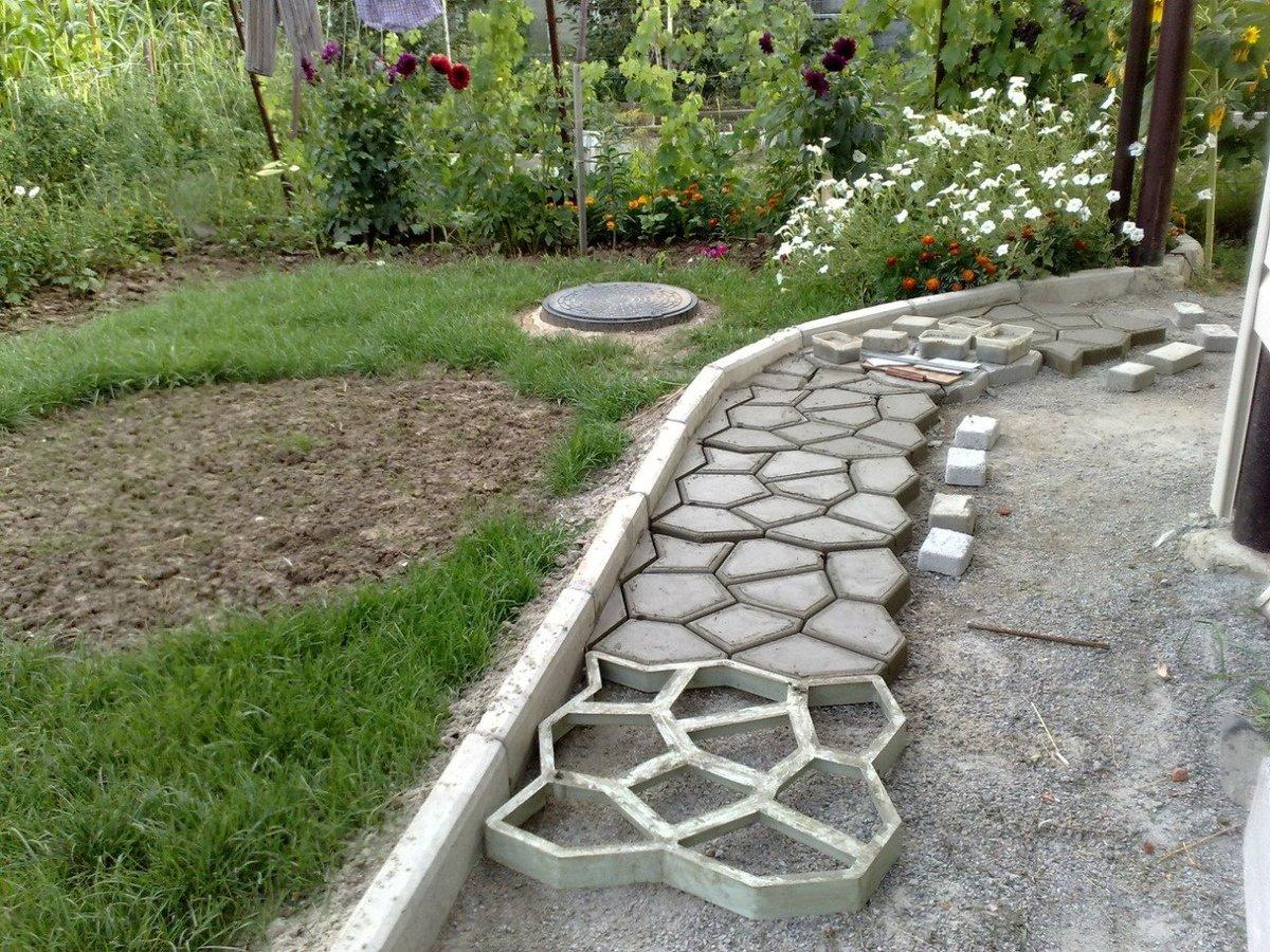 Создание садовой дорожки при помощи формы своими руками 73