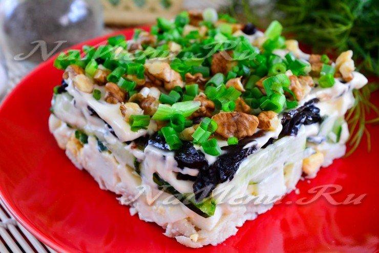 Салат с черносливом огурцом и курицей рецепт с