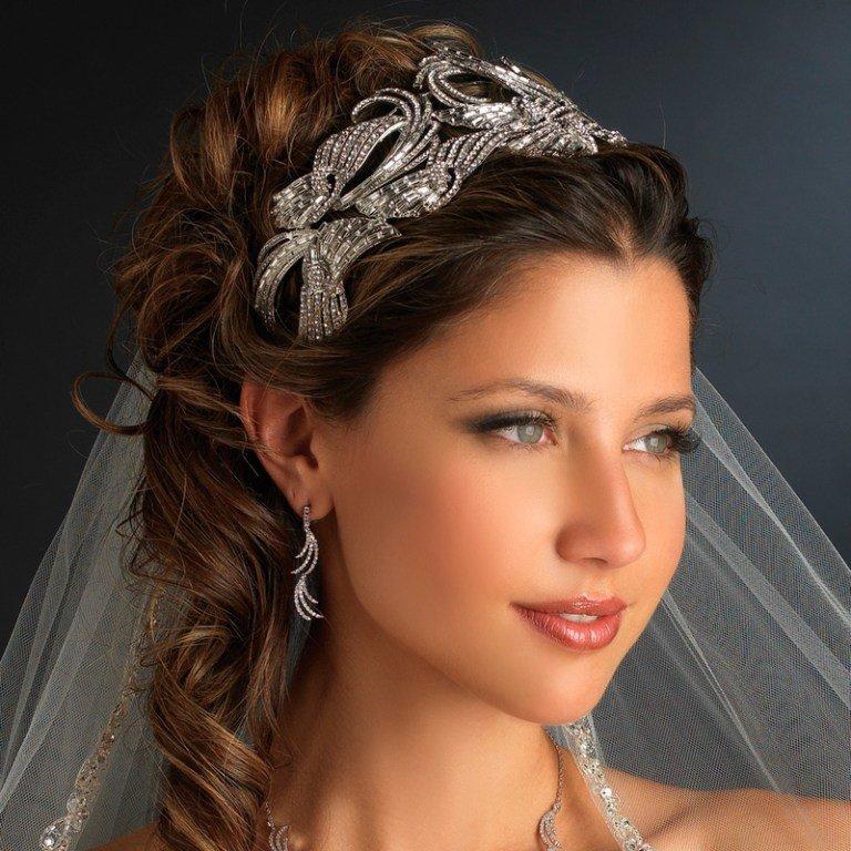Прически с диадемой на средние волосы для невесты