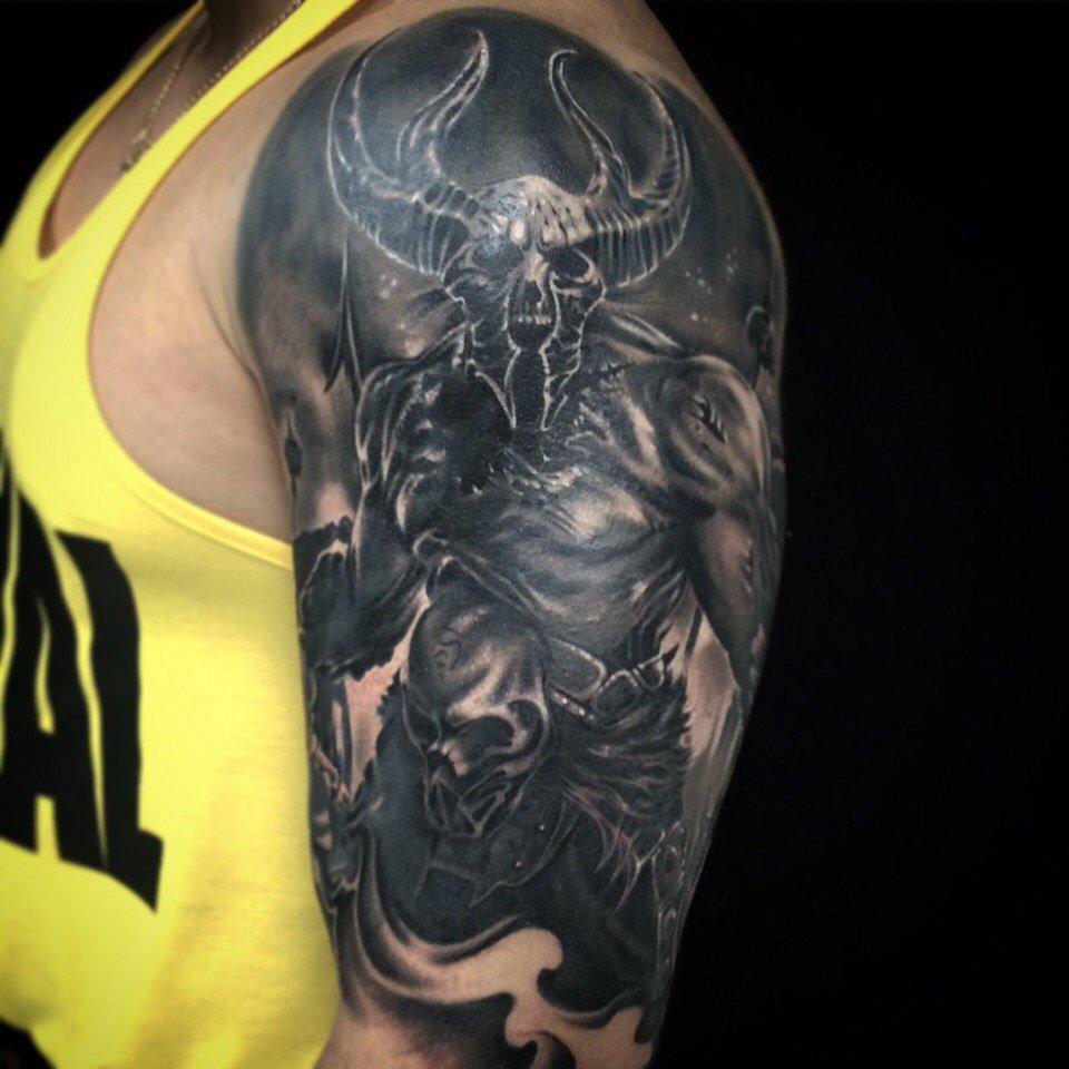Чёрные тату на плечо для мужчин
