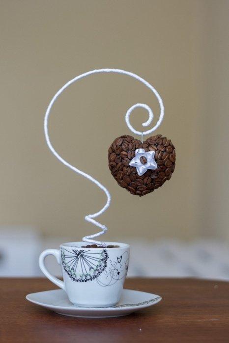 Поделка из кофейных зерен на блюдце