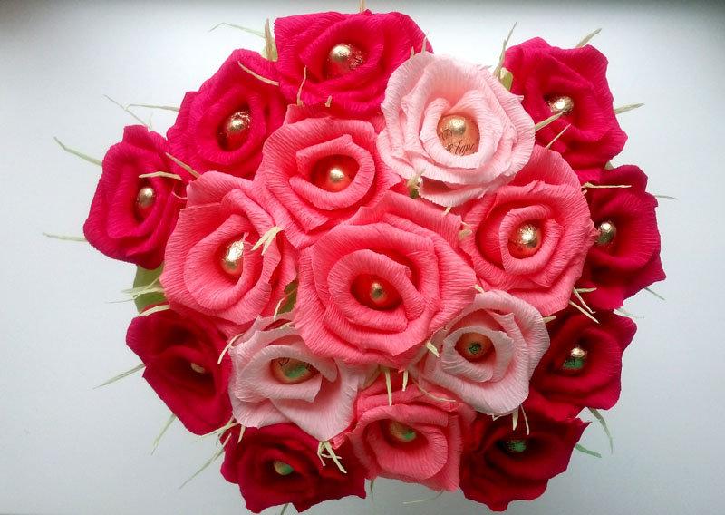 Розы гофрированной бумаги с конфетами своими руками