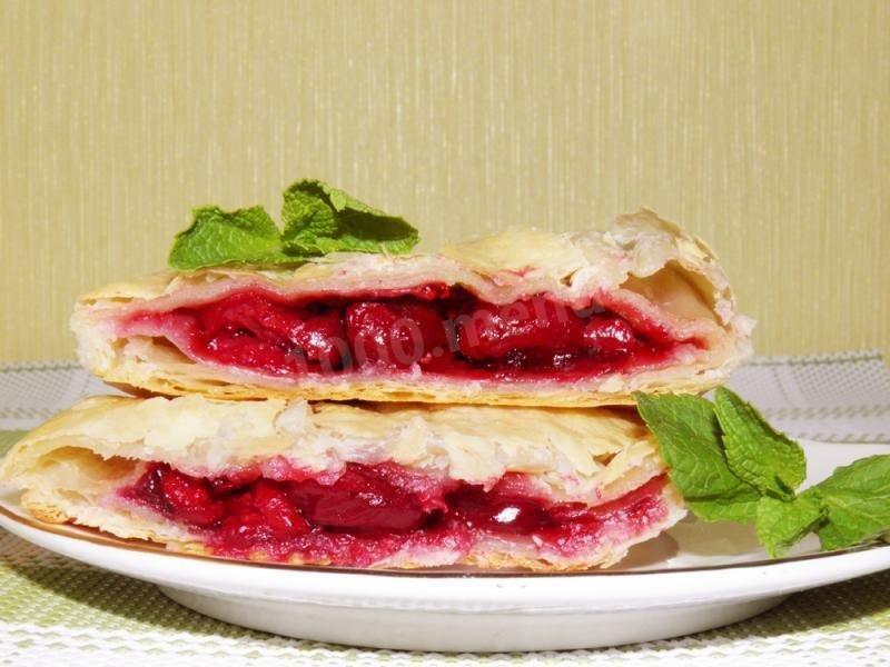 Пирог слоеный с вишней рецепт с фото пошагово