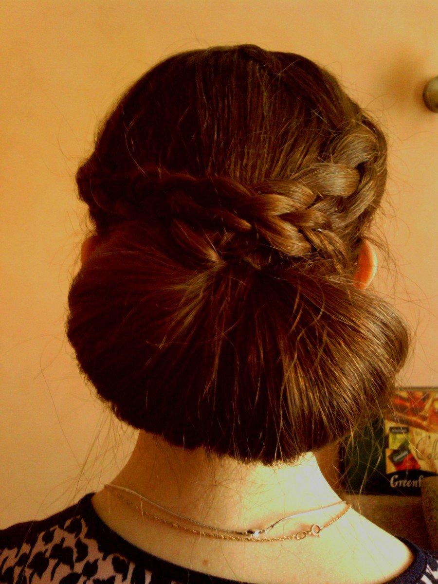 Прически с валиком для волос с косичками