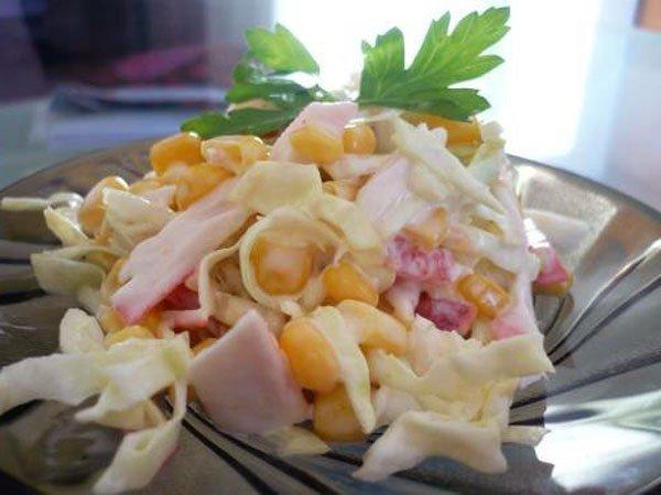 Салат с капустой и крабовыми палочками и кукурузой