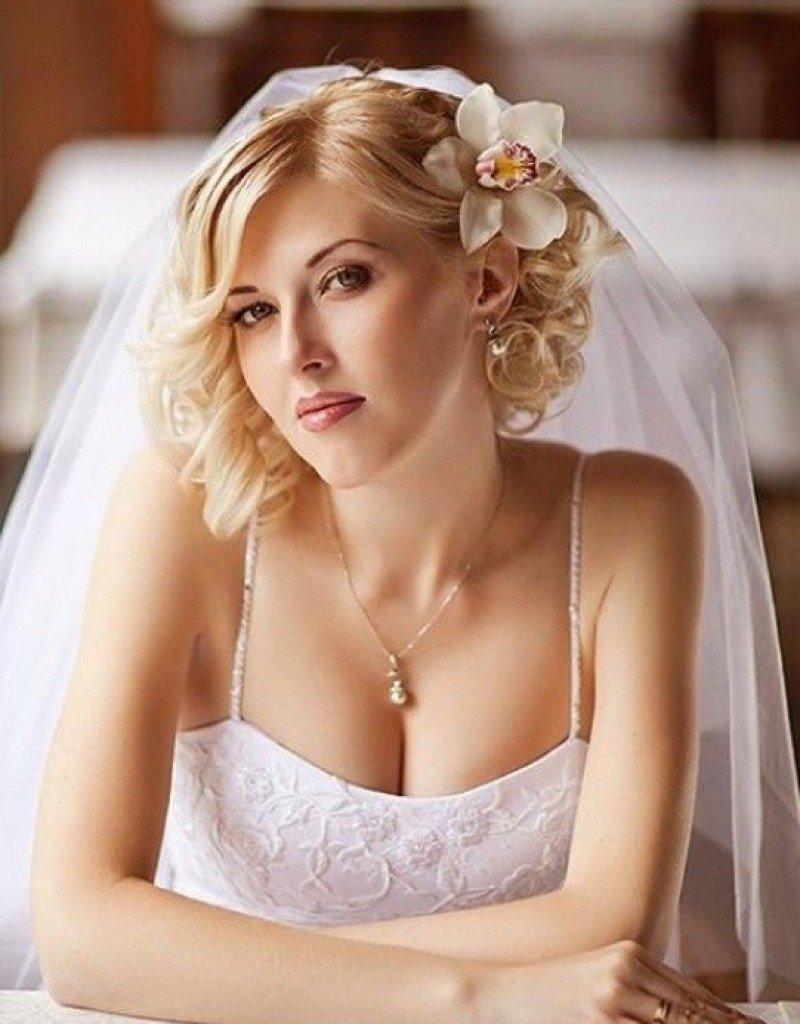 Свадебные прически на короткий волос фото круглое лицо