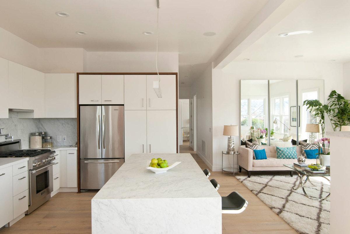 Дизайн совмещенной кухни с гостиной в загородном доме