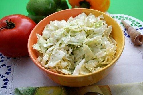 Салат из капусты с чесноком и яблоком