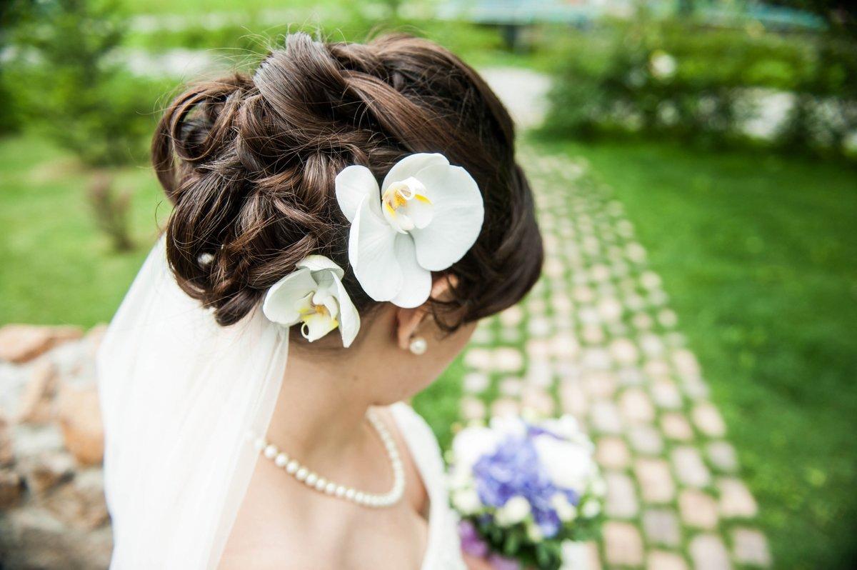 Прическа с цветком и фатой