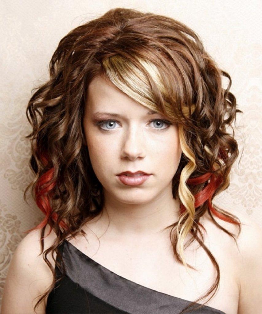 Прически и стрижки на волнистые волосы средней длины фото