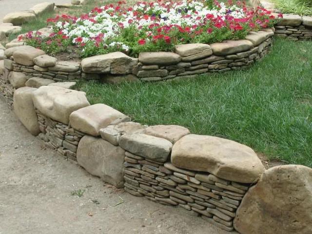 Заборы и клумбы из камня своими руками 34