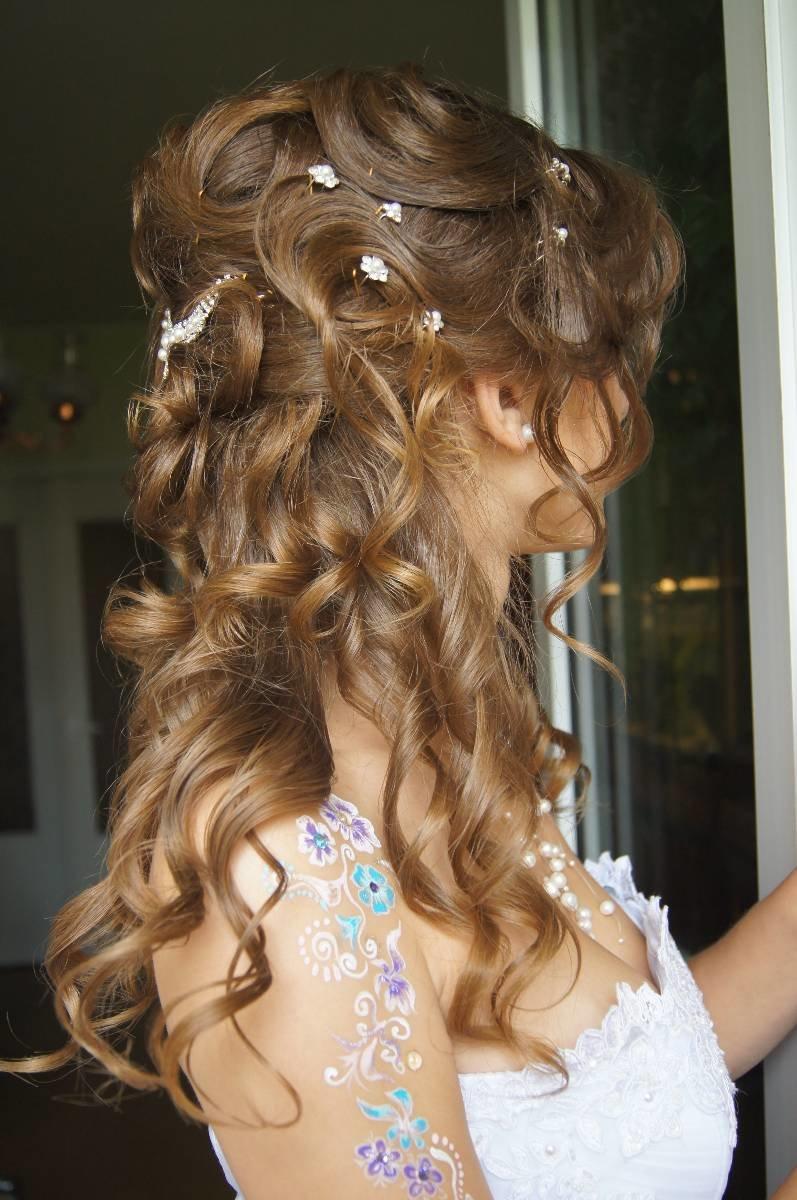 Прическа под платье с кружевом