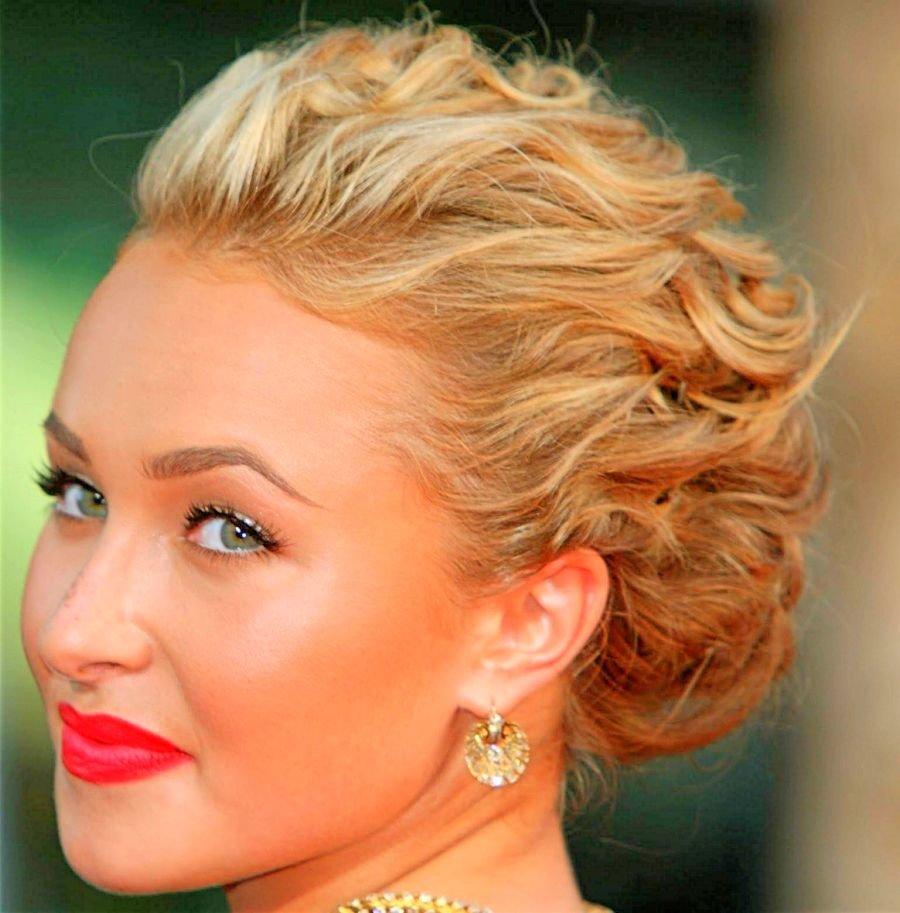 Вечерняя прическа на средние волосы на бок фото